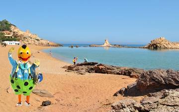 Volcanic rocks in the north of Menorca? Come along with Kiko and discover Cala Pregonda