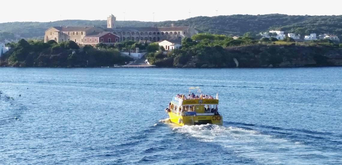 Catamarán dirección a la Isla del Rey en Menorca