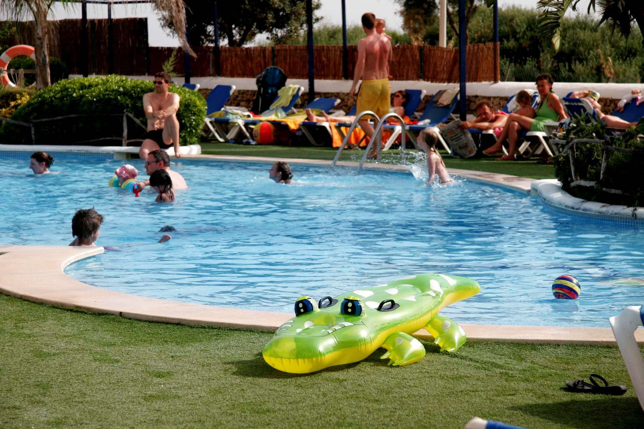 Fotos de la piscina infantil del royal son bou family club for Fotos en la piscina