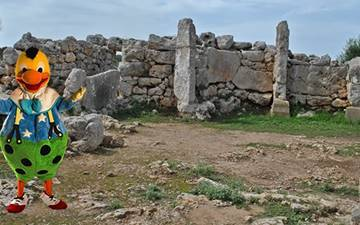Kiko explores the prehistory of Trepucó in Menorca